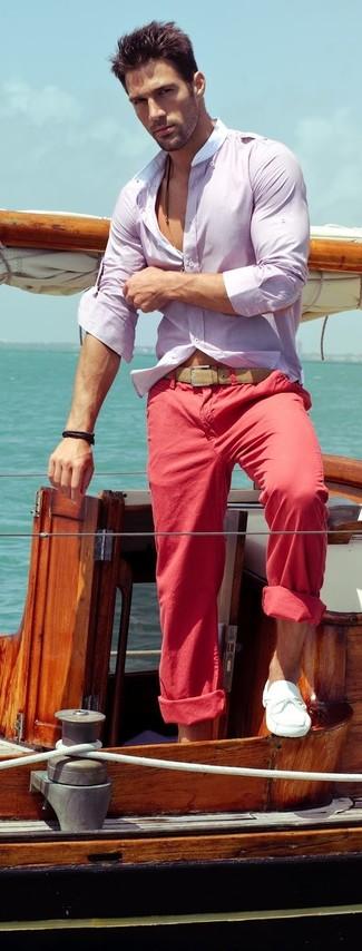Cómo combinar: camisa de manga larga violeta claro, pantalón chino rojo, náuticos de cuero blancos, correa de cuero marrón claro