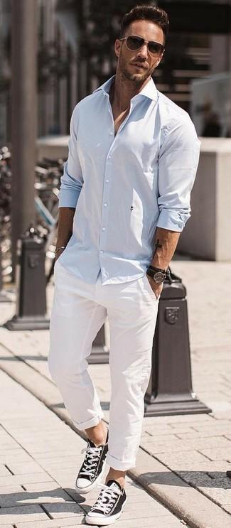 Cómo combinar: camisa de manga larga celeste, pantalón chino blanco, tenis de lona en negro y blanco, gafas de sol en marrón oscuro
