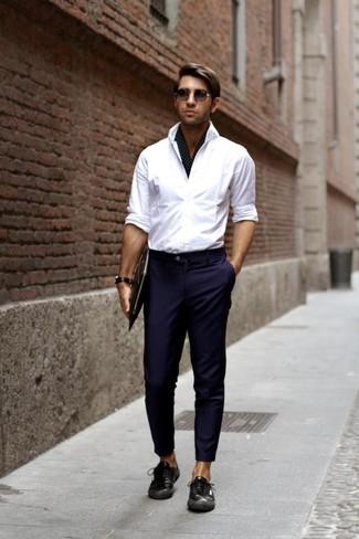 Equípate una camisa de manga larga blanca junto a una bufanda a cuadros para un look diario sin parecer demasiado arreglada. Haz este look más informal con tenis de cuero con print de serpiente negros.