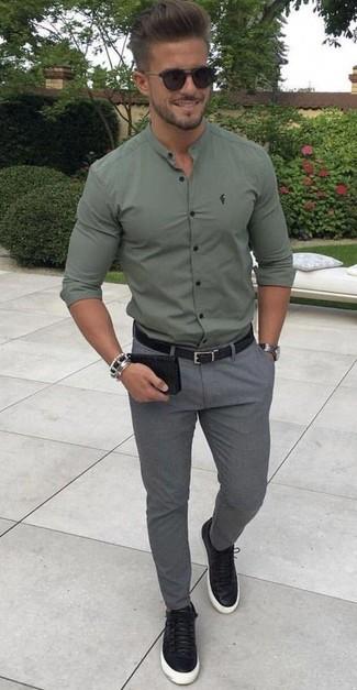 Cómo combinar: camisa de manga larga verde oliva, pantalón chino de lana gris, tenis de cuero negros, correa de cuero negra