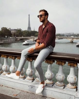 Cómo combinar: camisa de manga larga de rayas verticales burdeos, pantalón chino gris, tenis de cuero blancos, gafas de sol negras