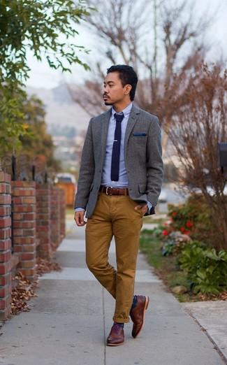 Cómo combinar: camisa de manga larga de cambray celeste, pantalón chino marrón, zapatos brogue de cuero marrónes, corbata de punto azul marino