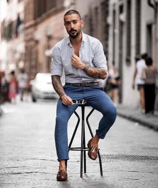 Cómo combinar: camisa de manga larga de rayas verticales gris, pantalón chino azul, zapatos con doble hebilla de cuero marrónes, correa de cuero en marrón oscuro