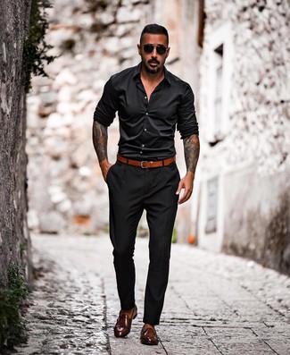 Cómo combinar: camisa de manga larga negra, pantalón chino negro, zapatos con doble hebilla de cuero en marrón oscuro, correa de cuero en tabaco