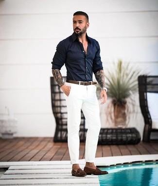 Cómo combinar: camisa de manga larga azul marino, pantalón chino blanco, zapatos con doble hebilla de cuero en marrón oscuro, correa de cuero en marrón oscuro