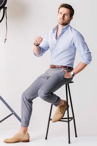 Cómo combinar: camisa de manga larga celeste, pantalón chino gris, zapatos con doble hebilla de ante marrón claro, correa de cuero marrón