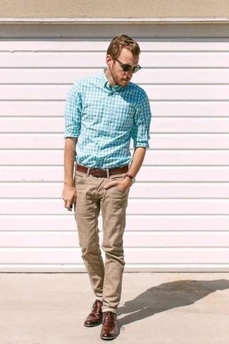Cómo combinar: camisa de manga larga de cuadro vichy en turquesa, pantalón chino marrón claro, zapatos derby de cuero en marrón oscuro, correa de cuero marrón