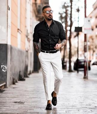 Cómo combinar: camisa de manga larga negra, pantalón de vestir blanco, mocasín con borlas de cuero negro, correa de cuero negra