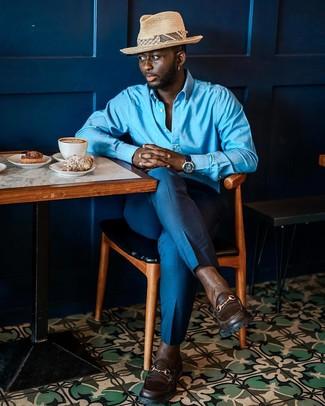 Cómo combinar: camisa de manga larga azul, pantalón de vestir azul, mocasín de cuero en marrón oscuro, sombrero de paja en beige