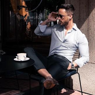 Cómo combinar: camisa de manga larga de rayas verticales en blanco y azul marino, pantalón de vestir negro, mocasín de ante en marrón oscuro, gafas de sol negras
