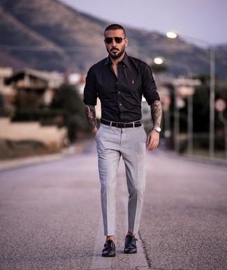 Cómo combinar: camisa de manga larga negra, pantalón de vestir gris, zapatos con doble hebilla de cuero negros, correa de cuero negra