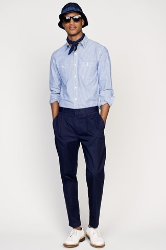 Cómo combinar: camisa de manga larga de seersucker celeste, pantalón de vestir azul marino, zapatos derby de cuero blancos, sombrero azul marino