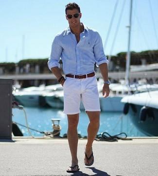Cómo combinar: camisa de manga larga celeste, pantalones cortos blancos, chanclas negras, correa de cuero en marrón oscuro