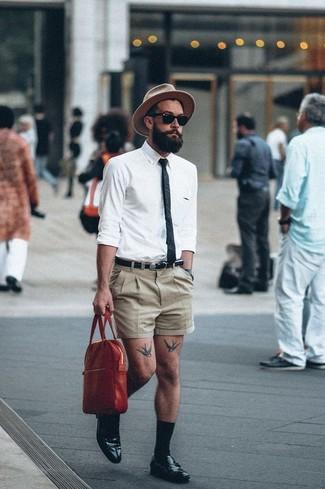 Cómo combinar: camisa de manga larga blanca, pantalones cortos marrón claro, mocasín de cuero negro, portafolio de cuero rojo
