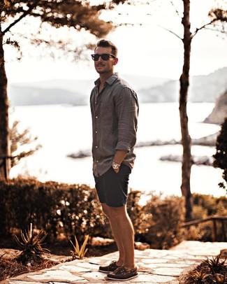 Cómo combinar: camisa de manga larga de lino gris, pantalones cortos azul marino, náuticos de cuero marrónes, gafas de sol negras