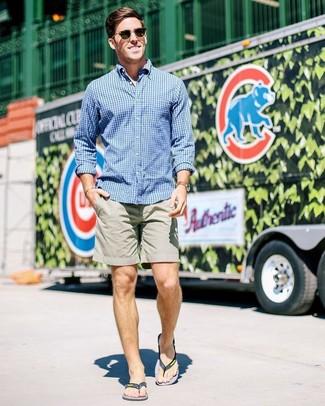 Cómo combinar: camisa de manga larga de cuadro vichy azul, pantalones cortos grises, sandalias de goma negras, gafas de sol negras