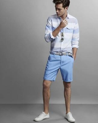 Cómo combinar: camisa de manga larga de rayas horizontales celeste, pantalones cortos celestes, tenis de cuero blancos, correa de lona blanca