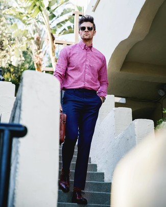 Cómo combinar: camisa de manga larga rosa, pantalón de vestir azul marino, zapatos oxford de cuero burdeos, portafolio de cuero marrón