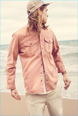 Cómo combinar: camisa de manga larga rosada, camiseta con cuello circular blanca, pantalón chino en beige, gorra de béisbol en beige