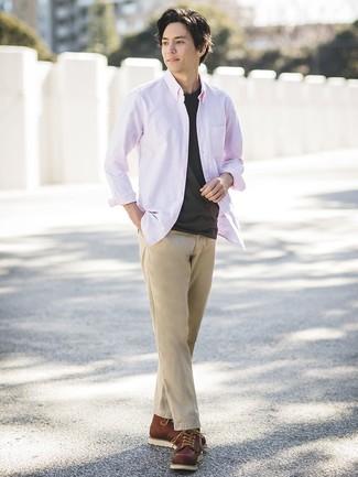 Cómo combinar: camisa de manga larga rosada, camiseta con cuello circular negra, pantalón chino marrón claro, botas de trabajo de cuero marrónes