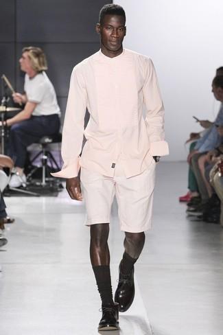 Cómo combinar: camisa de manga larga rosada, pantalones cortos blancos, botas safari de cuero en marrón oscuro, calcetines en marrón oscuro