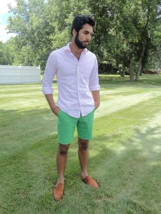 Cómo combinar: camisa de manga larga rosada, pantalones cortos en verde menta, zapatos con doble hebilla de ante marrón claro