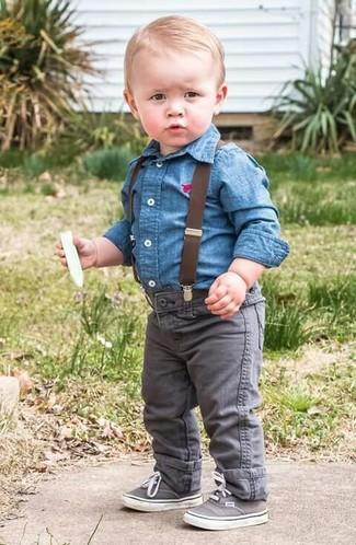 Cómo combinar: camisa de manga larga vaquera azul, vaqueros grises, zapatillas grises