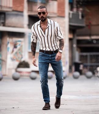 Cómo combinar: camisa de manga larga de rayas verticales blanca, vaqueros azules, botines chelsea de ante en marrón oscuro, correa de cuero en marrón oscuro