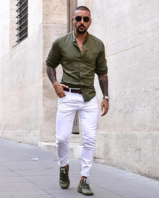 Cómo combinar: camisa de manga larga verde oliva, vaqueros blancos, deportivas verde oliva, correa de cuero en marrón oscuro