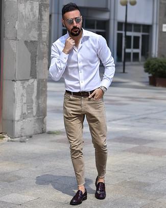 Cómo combinar: camisa de manga larga blanca, vaqueros marrón claro, mocasín de cuero morado oscuro, correa de cuero en marrón oscuro