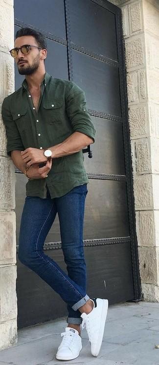 Cómo combinar: camisa de manga larga de cambray verde oliva, vaqueros pitillo azules, tenis de cuero blancos, gafas de sol marrónes