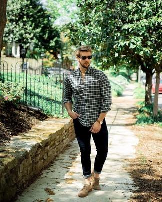 Cómo combinar: camisa de manga larga de tartán en multicolor, vaqueros pitillo azul marino, zapatos brogue de ante marrónes, gafas de sol negras