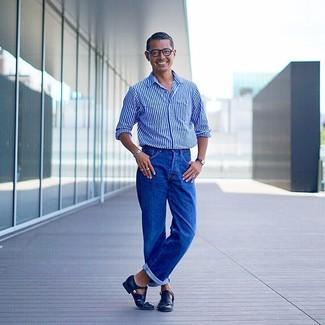 Cómo combinar: camisa de manga larga de rayas verticales azul, vaqueros azules, sandalias de cuero negras, reloj de cuero negro