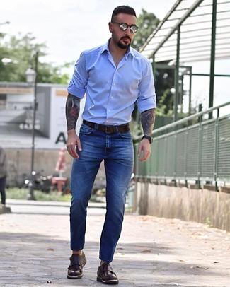 Cómo combinar: camisa de manga larga celeste, vaqueros azules, zapatos con doble hebilla de cuero en marrón oscuro, correa de cuero en marrón oscuro