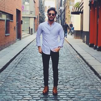 Cómo combinar: camisa de manga larga violeta claro, pantalón chino negro, zapatos derby de cuero marrónes, reloj de cuero marrón