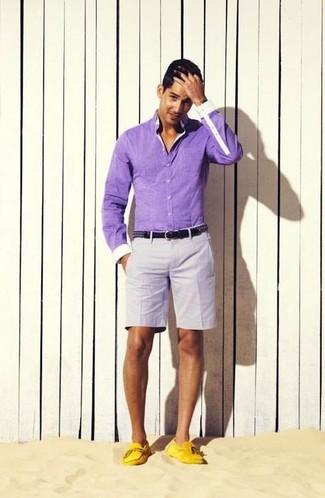 Cómo combinar: camisa de manga larga violeta claro, pantalones cortos grises, mocasín de cuero amarillo, correa de cuero negra