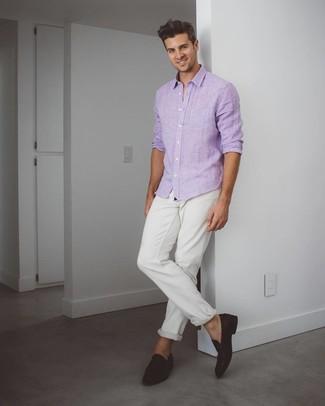 Cómo combinar: camisa de manga larga violeta claro, vaqueros blancos, mocasín de ante en marrón oscuro