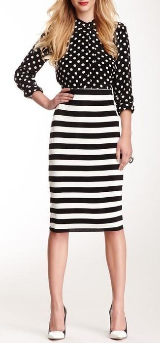 Cómo combinar: camisa de vestir a lunares en negro y blanco, falda lápiz de rayas horizontales en blanco y negro, zapatos de tacón de cuero en blanco y negro