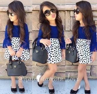Cómo combinar: camisa de vestir azul, falda a lunares blanca, bailarinas negras