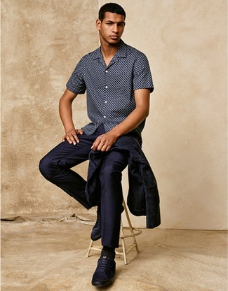 Cómo combinar: camisa de vestir azul marino, camisa de manga corta a lunares azul marino, tenis de cuero azul marino, calcetines negros