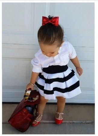 Cómo combinar: camisa de vestir blanca, falda en blanco y negro, bailarinas rojas