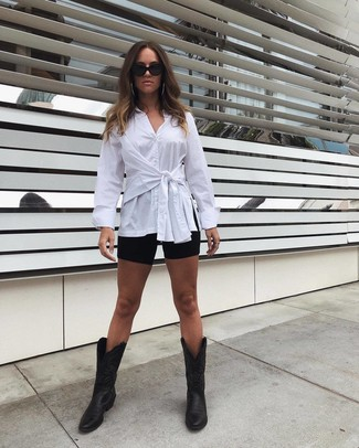 Cómo combinar: camisa de vestir blanca, mallas ciclistas negras, botas camperas de cuero negras, gafas de sol negras