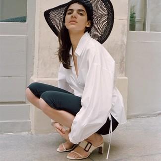 Cómo combinar: camisa de vestir blanca, mallas ciclistas negras, chinelas de cuero blancas, sombrero de paja negro