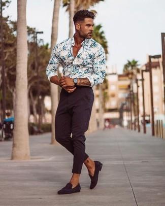 Cómo combinar: camisa de vestir con print de flores blanca, pantalón chino burdeos, mocasín de ante burdeos, reloj de cuero negro