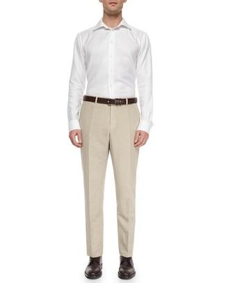 Cómo combinar: camisa de vestir blanca, pantalón de vestir de lino en beige, zapatos brogue de cuero en marrón oscuro, correa de cuero en marrón oscuro