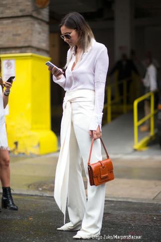 Cómo combinar: camisa de vestir blanca, pantalones anchos blancos, bailarinas de cuero blancas, bolso de hombre de cuero en tabaco