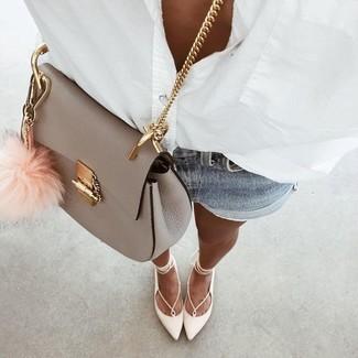 Cómo combinar: camisa de vestir blanca, pantalones cortos vaqueros celestes, bailarinas de cuero blancas, bolso bandolera de cuero gris