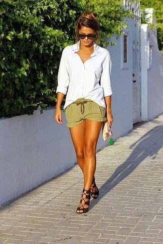 Intenta combinar una camisa de vestir blanca junto a unos pantalones cortos para cualquier sorpresa que haya en el día. Un par de sandalias de tacón de ante negras se integra perfectamente con diversos looks.