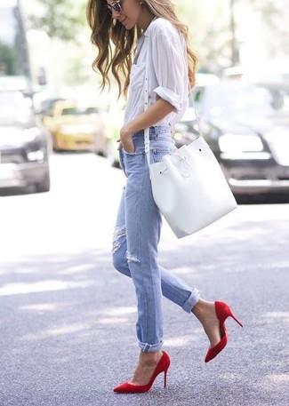 Cómo combinar: camisa de vestir blanca, vaqueros desgastados celestes, zapatos de tacón de cuero rojos, mochila con cordón de cuero blanca