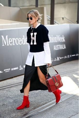 Cómo combinar: camisa de vestir blanca, camiseta con cuello circular estampada en negro y blanco, falda midi con recorte negra, botines de ante rojos